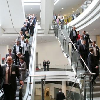 Besucher auf dem Weg zur Fachausstellung