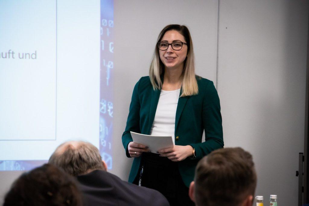 Eine DATEV-Mitarbeiterin präsentiert ihr SPEAKER-Projekt beim SPEAKER-Pitch vor der Jury.