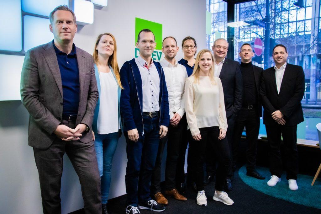 Die Gewinner und die Jury, bestehend aus Mitarbeitern aus dem DATEV-Lab und Mitgliedern aus der DATEV-Geschäftsleitung, beim DATEV SPEAKER-Pitch