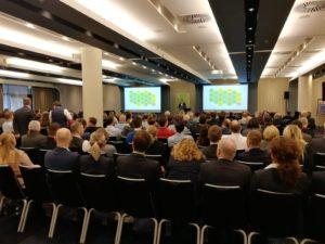 Stefan Meisel, Leiter Außendienst und Mitglied der Geschäftsleitung bei DATEV, hält den einleitenden Vortrag vor vollem Saal bei den Regional-Info-Tagen 2020 in Hamburg.