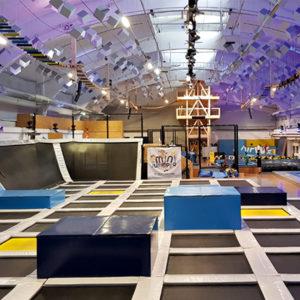 Ein Bild der Airtime-Trampolinhalle in Nürnberg mit vielen Sprungflächen und Schaumstoffmatten.